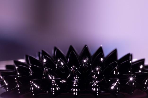 Metal líquido ferromagnético violeta com espaço de cópia