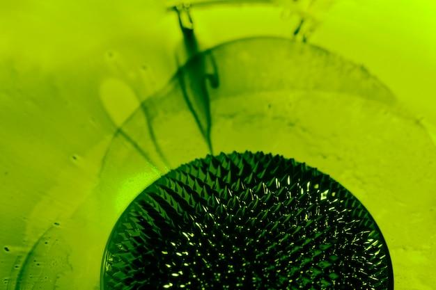 Metal líquido ferromagnético viscoso verde com espaço de cópia