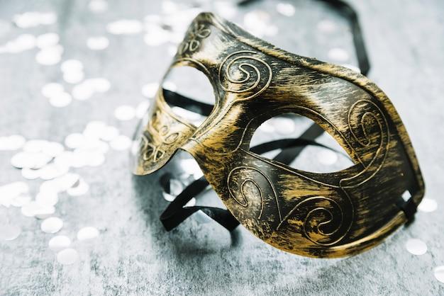 Metamorada decorativa olhando máscara de carnaval