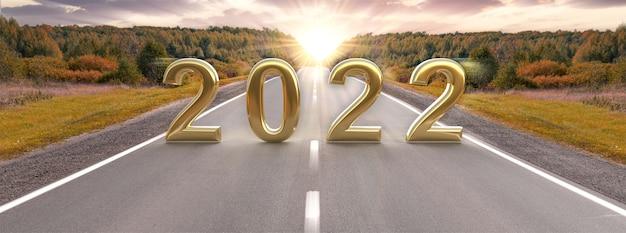 Metas avançando para 2022 road to 2022text 2022 em rodovia no meio de uma estrada de asfalto vazia