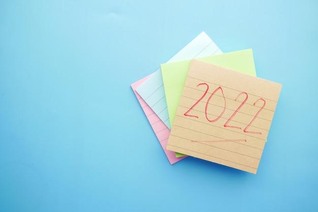 Metas de ano novo em notas adesivas em azul