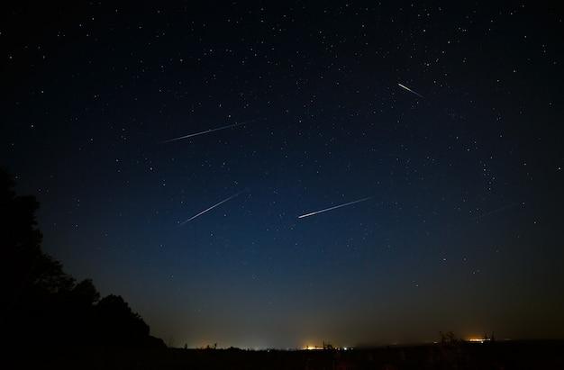 Meteorito brilhante no céu estrelado à noite.