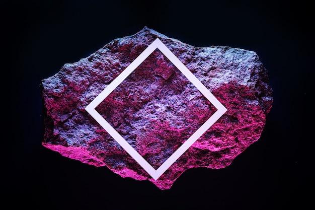 Meteorito vermelho no espaço escuro com moldura branca e iluminação de néon do espaço da cópia.