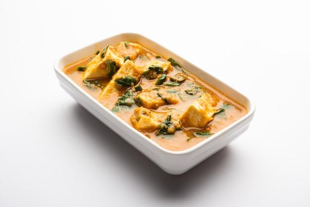 Methi paneer sabzi ou queijo cottage estilo indiano com receita de curry de folhas de feno-grego. servido em uma tigela ou karahi