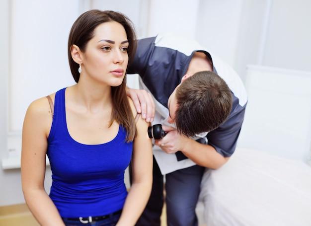 Método de dermatoscopia de lesões de pele e toupeiras