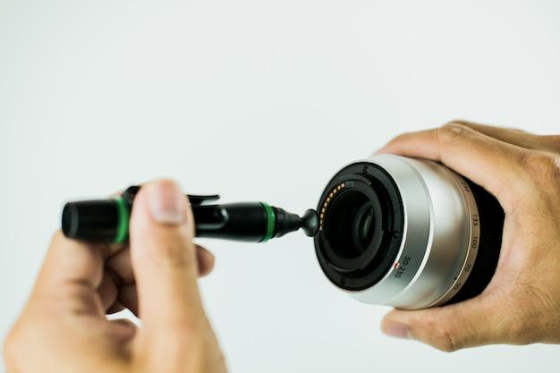Método de limpeza de lentes de câmera fechar o foco por foto humana no fundo branco