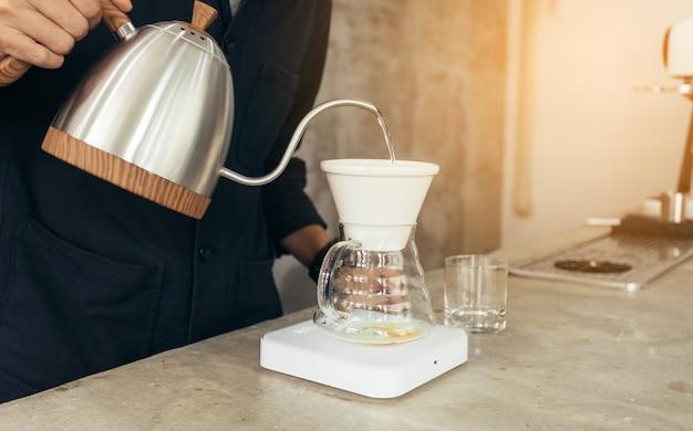 Método do barista preparando café despeje sobre o café gota a gota