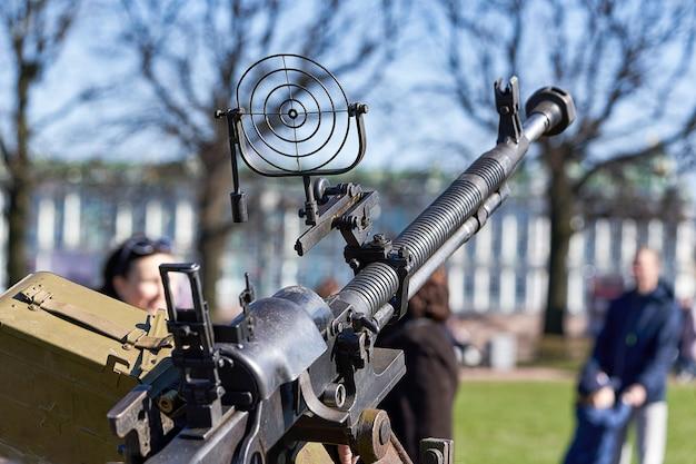 Metralhadora antiaérea no feriado do dia da vitória nas ruas de petersburgo