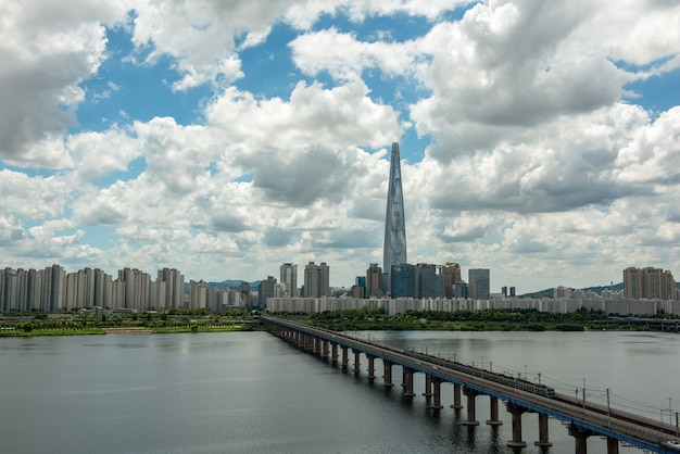 Metro de seul e o horizonte da cidade de seul no rio han, coreia do sul.