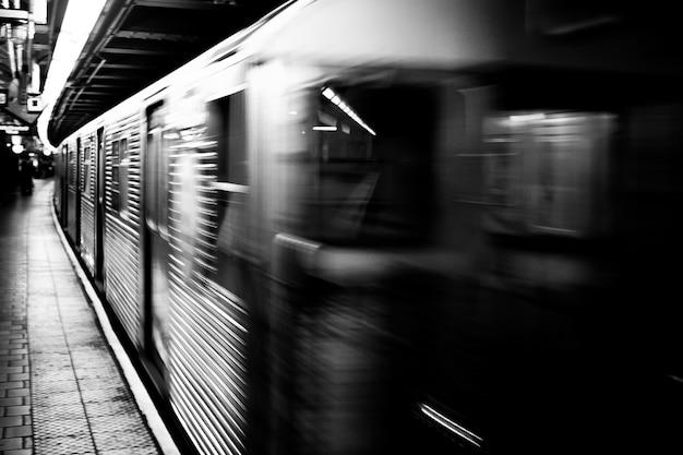 Metro em preto e branco em movimento