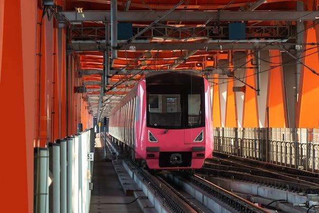 Metro ligeiro operando em alta velocidade na ponte ferroviária, chongqing, china