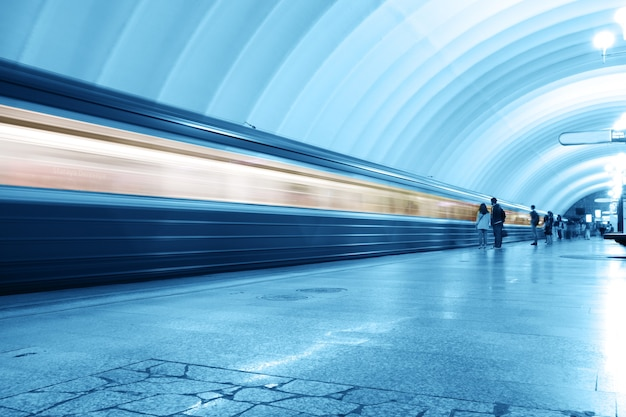 Metrô tom azul e movimento