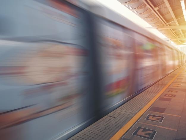 Metro trem em movimento com efeito de desfoque de movimento