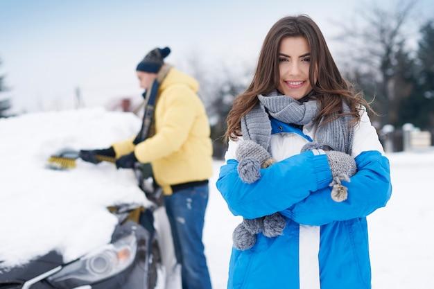 Meu namorado sempre limpa nosso carro da neve