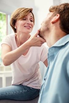 Meu querido menino. mulher simpática e simpática mostrando seu carinho enquanto passa o tempo com seu filho