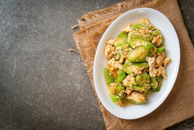 Mexa a cabaça em ângulo frito com ovo, estilo de comida saudável