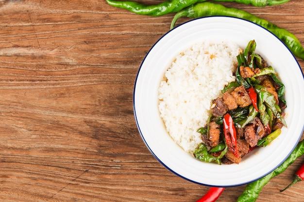 Mexa a carne de porco frita com arroz