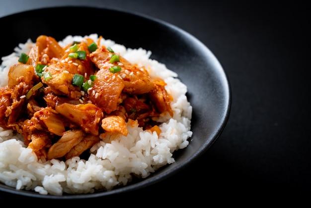 Mexa a carne de porco frita com kimchi no arroz coberto