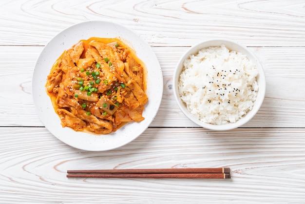 Mexa a carne de porco frita com kimchi