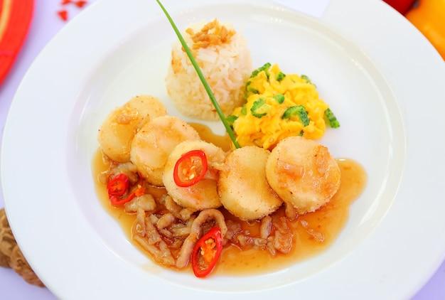 Mexa a fatia de tofu com molho doce no prato branco