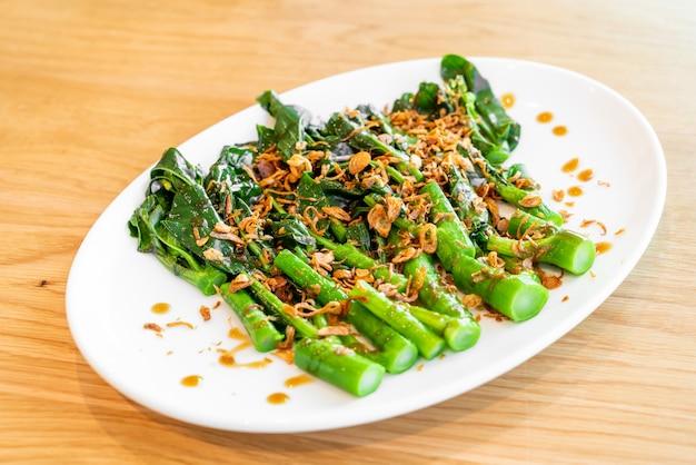 Mexa brócolis ou couve chinesa frita em molho de ostra