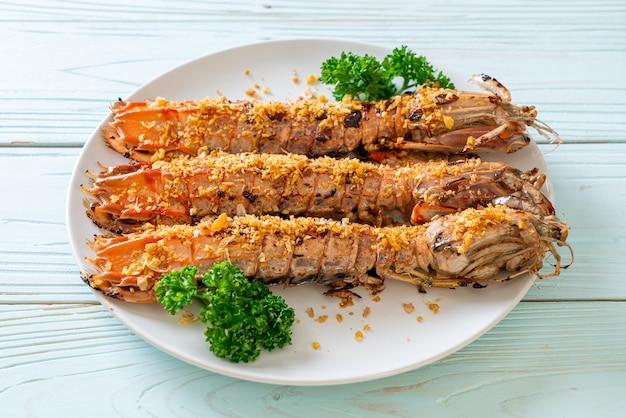 Mexa camarão frito mantis com alho no prato branco