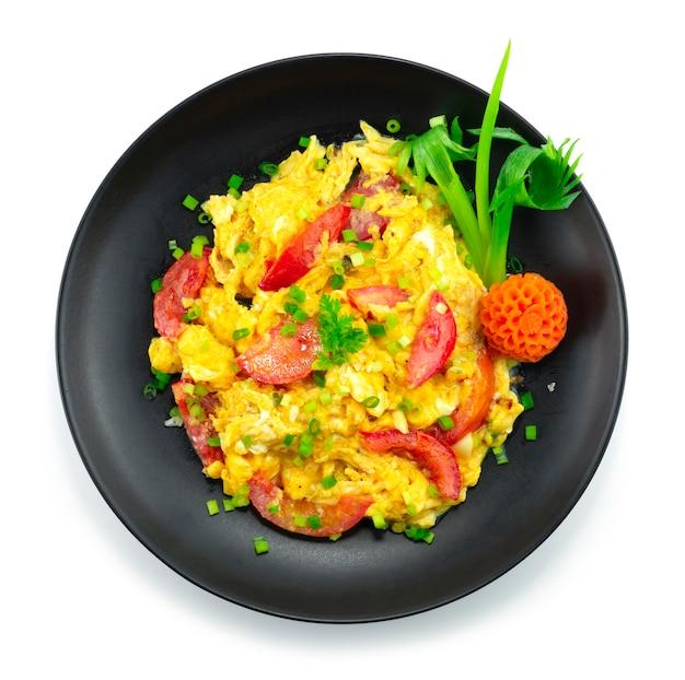Mexa chinês ovo frito com tomate. um prato chinês popular que é deliciosamente doce