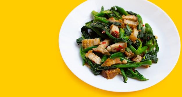 Mexa couve chinesa frita com barriga de porco crocante