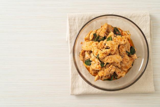 Mexa frango frito com pasta de pimenta ou pasta de pimenta - estilo de comida asiática