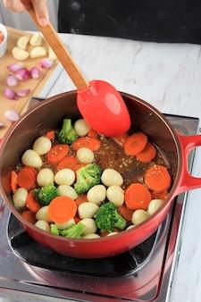 Mexa frite vegetais e ovo de codorna com molho de ostra telur puyuh saus tiram