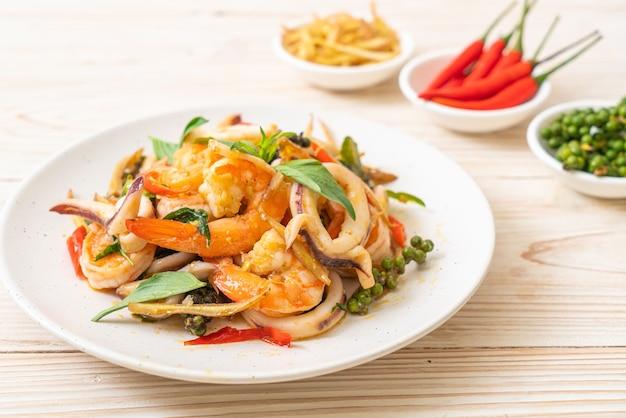 Mexa frutos do mar picantes fritos (pad cha talay), comida tailandesa
