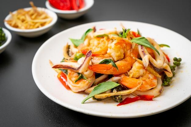 Mexa frutos do mar picantes fritos (pad cha talay) - estilo de comida tailandesa