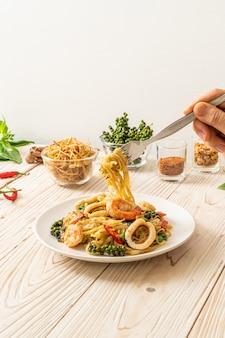 Mexa frutos do mar picantes fritos (pad cha talay)