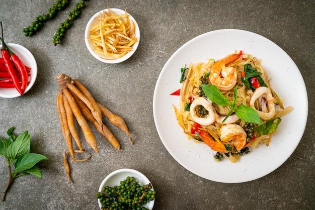 Mexa macarrão picante frito com frutos do mar