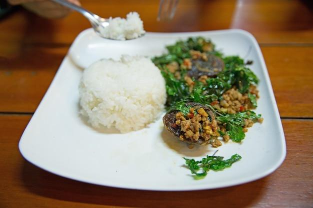Mexa manjericão crocante de ovo frito com arroz