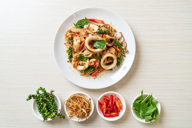 Mexa manjericão sagrado frito com polvo ou lula e ervas - estilo de comida asiática