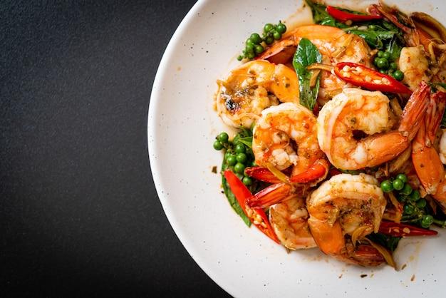 Mexa manjericão santo frito com camarão e ervas - estilo de comida asiática