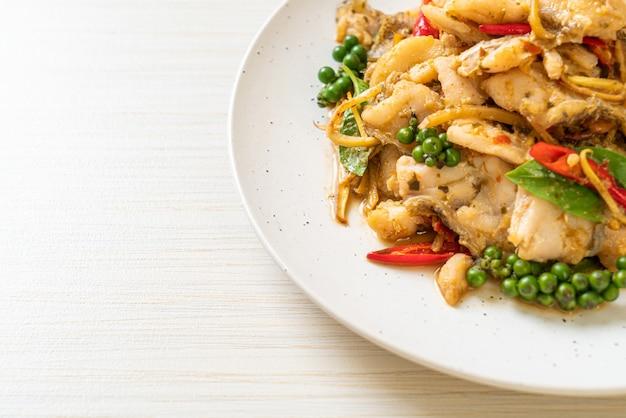 Mexa manjericão santo frito com peixe e ervas - estilo de comida asiática