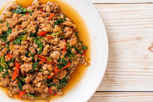 Mexa manjericão tailandês frito com carne de porco picada