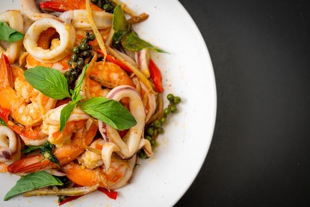 Mexa marisco picante frito (pad cha talay) - estilo de comida tailandesa