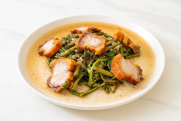 Mexa, mimosa de água frita com barriga de porco crocante no prato