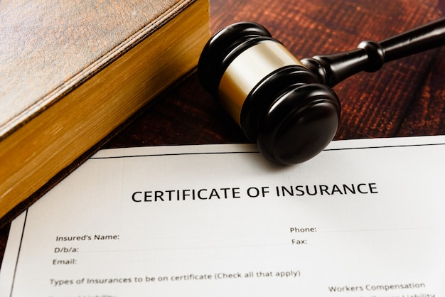 Mexa nos livros de direito que regulam contratos de papel para fazer negócios.
