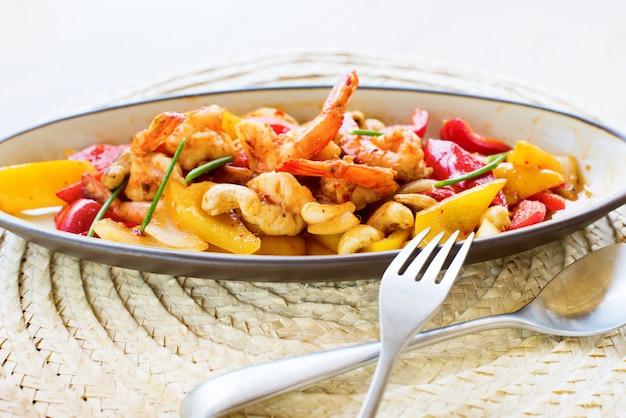 Mexa o camarão frito com castanha de caju