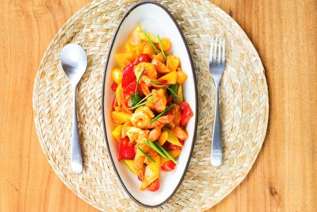 Mexa o camarão frito com molho agridoce