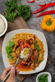 Mexa o caranguejo frito com curry em pó. acompanhamentos bonitos.