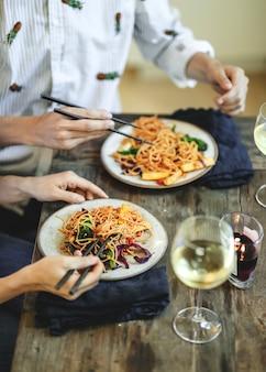 Mexa o espaguete frito com legumes orgânicos