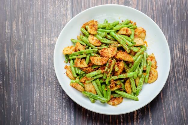 Mexa o feijão verde de corda frita com salsicha de porco grelhada vietnamita