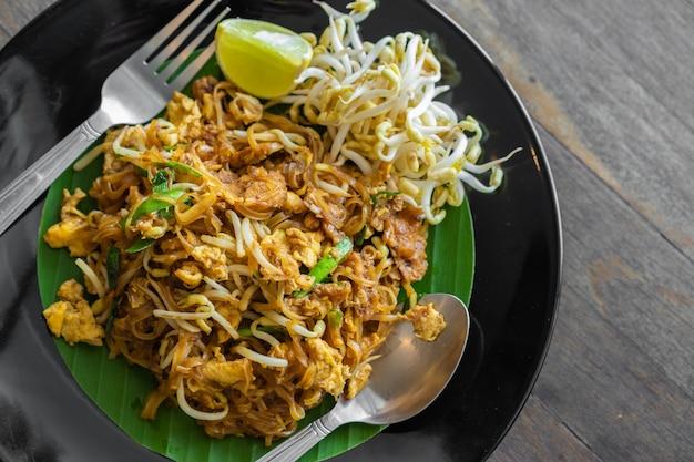 Mexa o macarrão tailandês korat