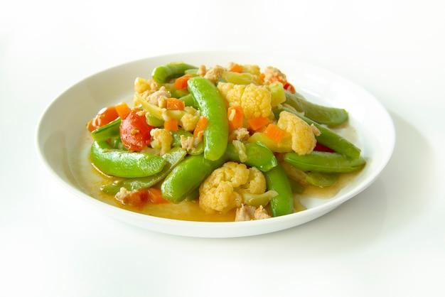 Mexa os legumes fritos isolados no fundo branco