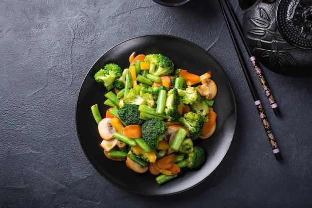 Mexa os legumes fritos